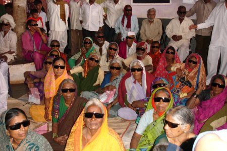 Patienten beim Eye Camp Januar 2007    copyright © Hamara Bandhan e.V.